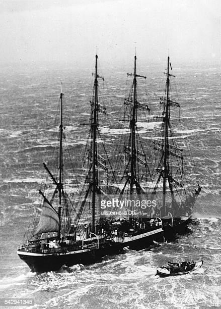 Ein britisches Seenotrettungsboot bei der 'Pamir' in der Nordsee Die Pamir war nachts zuvor in Seenot geraten konnte aber ihre Fahrt später...