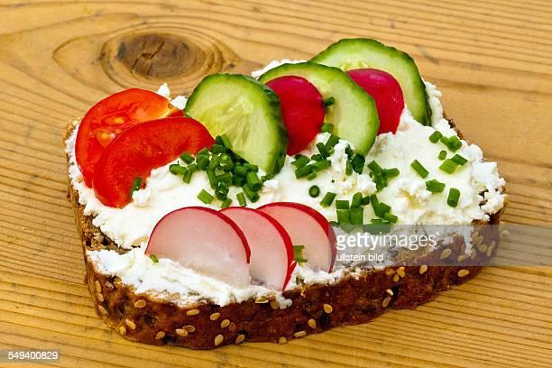 Ein Brot mit Quarkaufstrich und Gemüse zur gesunden Ernährung