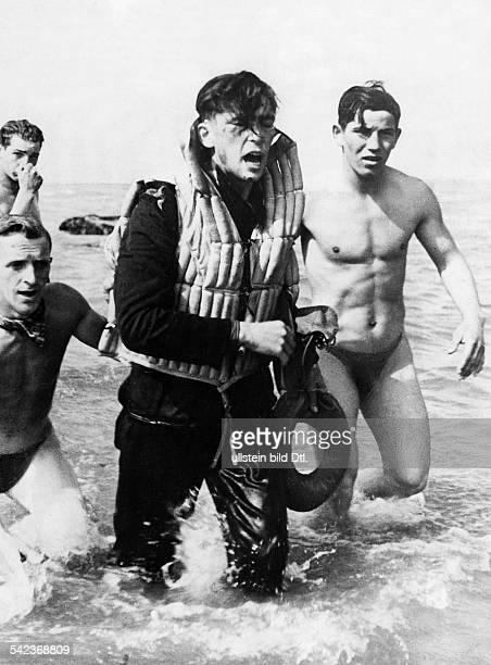 Ein deutscher Pilot der nach dem Feindflug gegen England bei der Rückkehr nahe der französischen Küste notwassern musste wird von Kameraden gerettet...