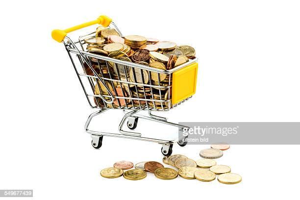 Ein Einkaufswagen ist mit Euromünzen gut gefüllt Symbolfoto für Kaufkraft und Konsum