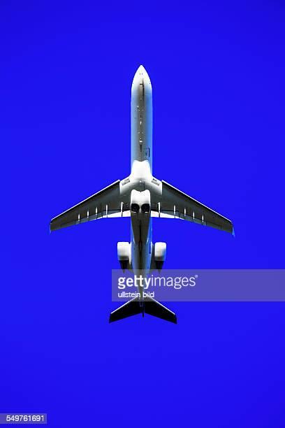 Ein Flugzeug beim Start in den Urlaub vor blauem Himmel