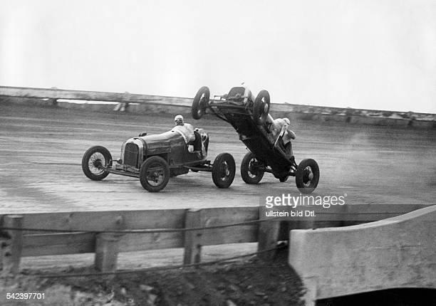 Ein gefährlicher Sprung im RennwagenBei einem amerikanischen Rennen fuhrein Wagen in vollem Tempo auf denVordermann auf der Wagen bäumte sich...