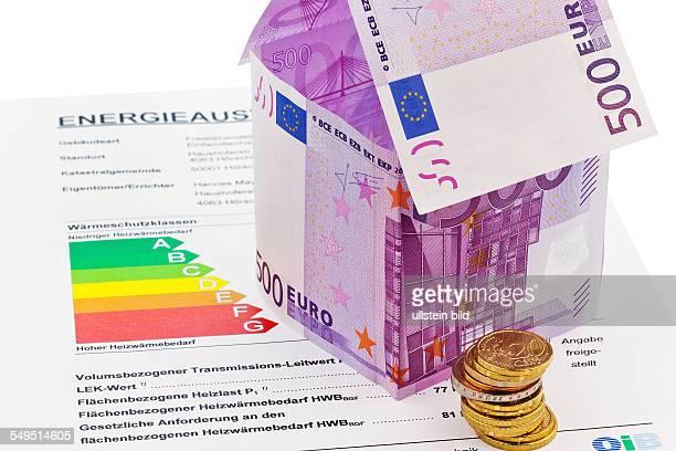 Ein Haus gebaut aus Eurogeld scheinen und einem Energieausweis Bausparen Hausbau und Hauskauf