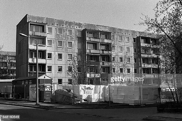 Ein in Plattenbauweise entstandener Wohnblock in der Buchmannstrasse vor der Sanierung 1993