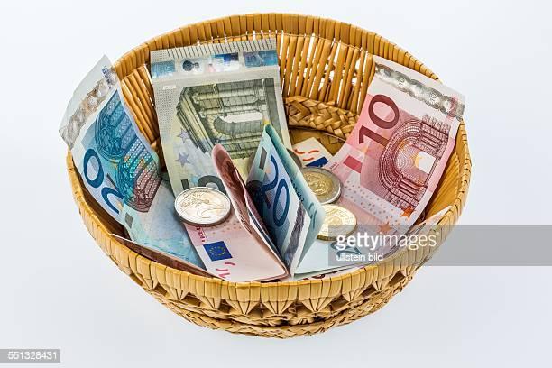 Ein Korb mit Geld für Spenden und Trinkgelder
