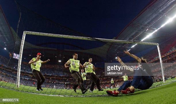EURO 2004 Finale Portugal Griechenland 01 Ein Mann der das Spielfeld stürmt verfängt sich im Tornetz Ordnungskräfte laufen herbei