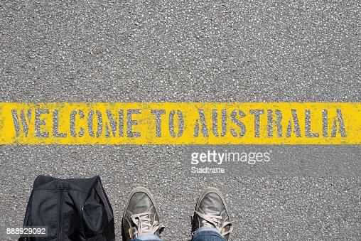 Ein Mann mit einem Koffer steht an der Grenze zu Australien : Stock Photo
