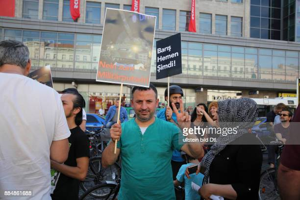 Ein männlicher Demonstrant mit einem Schild 'Nein zum Militaerputsch'
