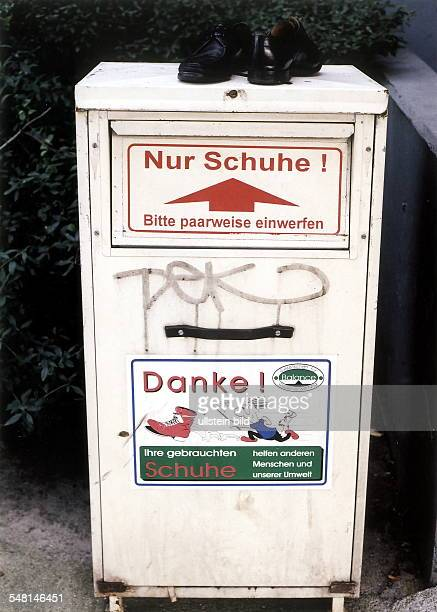 Ein Paar schwarze Halbschuhe stehen auf einem Container für gebrauchte Schuhe der 'Gesellschaft für Wiederverwertung Balance' in Berlin