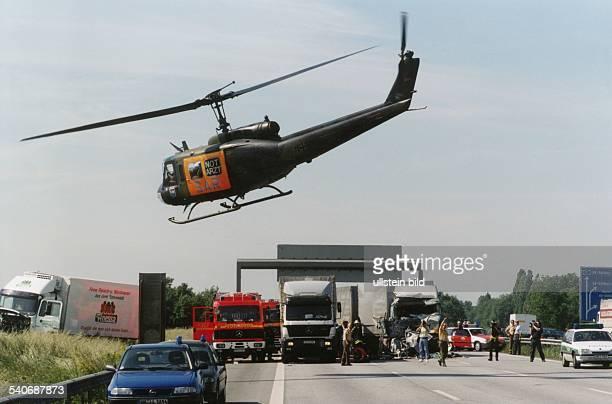 Ein SAR Notarzt Hubschrauber des Luftwaffentransportgeschwaders 63 im Einsatz Die Maschine fliegt über einer Unfallstelle auf der Autobahn A 1 Sie...