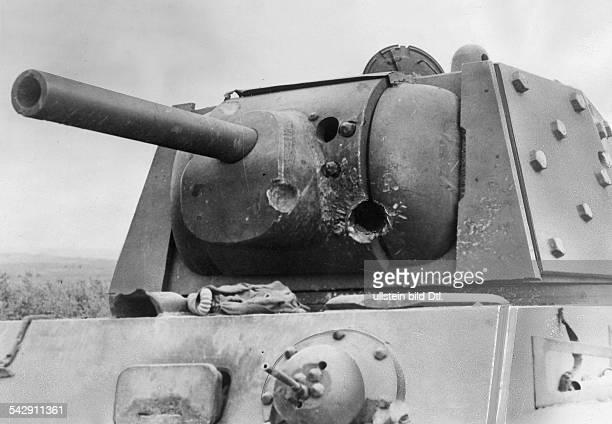 Ein sowjetischer Kampfpanzer zerstoert durch Direktbeschuss einer deutschen Flak im Erdkampf Spaetherbst 1941 Aufnahme PresseIllustrationen Heinrich...