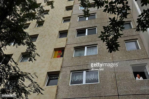 Ein Teil eines Hochhauses ist bereits saniert die rechte Hälfte zeigt den Originalzustand In BerlinMarzahn schreitet die Aufwertung der Großsiedlung...