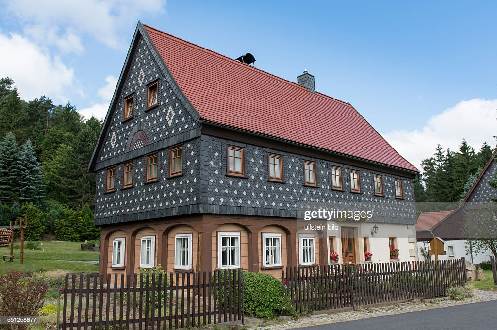 ein umgebindehaus in jonsdorf im naturpark zittauer gebirge in der pictures getty images. Black Bedroom Furniture Sets. Home Design Ideas