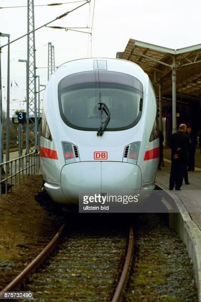 Ein Zug des IntercityExpress wartet zur Abfahrt am Gleis Bahngleis Bahnsteig Deutsche Bahn AG Hochgeschwindigkeitszug Neigetechnik Vorderansicht