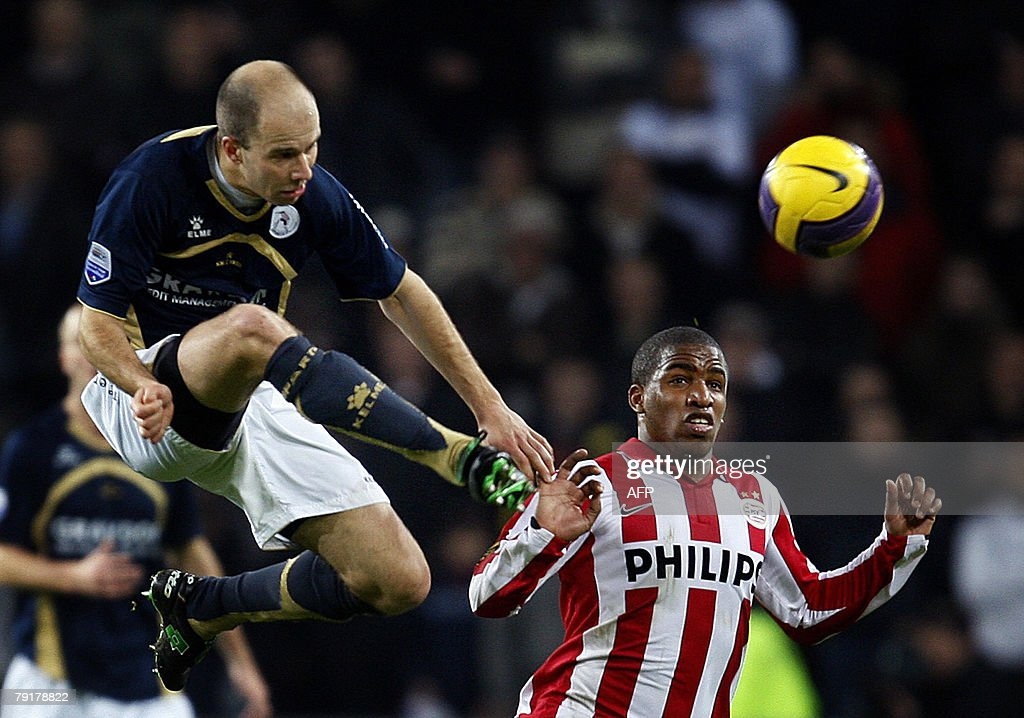 PSV Eindhoven's Jefferson Farfan (R) and Arne Slot of Sparta Rotterdam (R) fight for the ball during their Dutch premier league match, 23 January 2008. AFP PHOTO / ANP PHOTO / ROBERT VOS netherlands out - belgium out