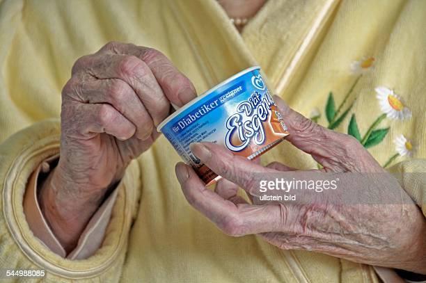 Eine 83 Jahre alte Dame im Krankenhaus mit einem Eisbecher DiabetikerEis Köln Mai 2008 S T I C H W O R T E JOKER0805186 JOKER080501461004...