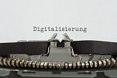 Eine alte Schreibmaschine und Digitalisierung