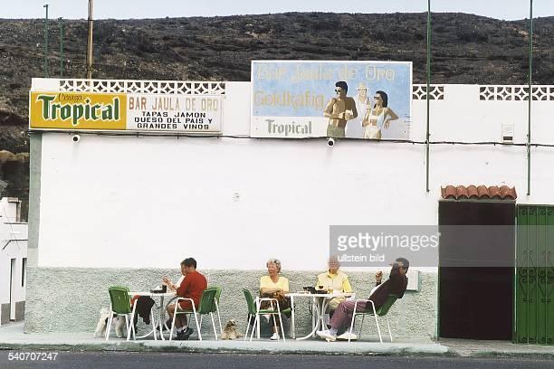 Eine Bar mit Namen 'Bar Jaula de Oro Goldkäfig' lädt in dem Fischerörtchen Ajui auf Fuerteventura zur Rast ein Vor dem schlichten quaderförmigen Bau...