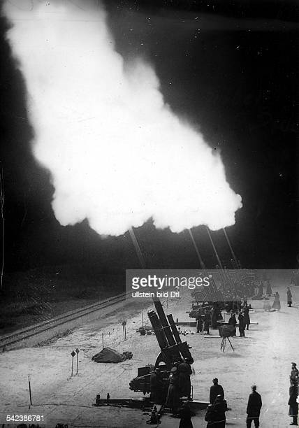 Eine Batterie 88cm Flak schiesstSperrfeuer gegen anfliegendeBomberverbändeNordwestdeutschland 1941