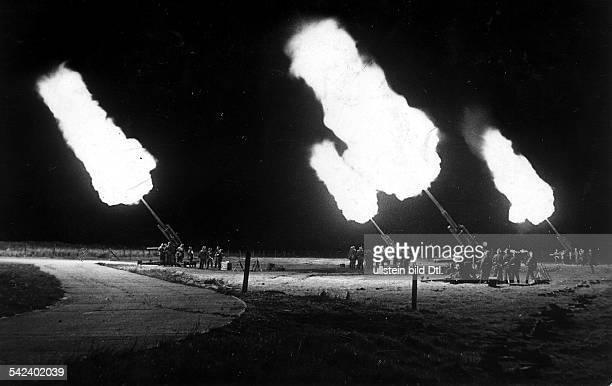 Eine FlakBatterie 88cm schiesstSperrfeuer gegen anfliegendeBomberverbändeNorddeutsche KüstenregionOktober 1940