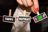 Eine Frau gratuliert zum 30 Geburtstag