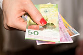 Eine Frau hält Schweizer Franken Banknoten in der Hand