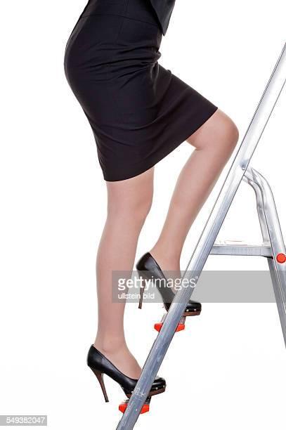 Eine Frau im Management klettert die Karriereleiter nach oben Mehr Frauen in Führungspositionen