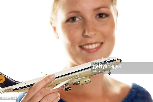 Eine Frau mit dem Modell eines Lufthansa Flugzeuges Lufthansa im Steigflug Steigender Börsewert