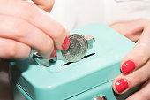 Eine Frau, Spardose und Münze Schweizer Franken