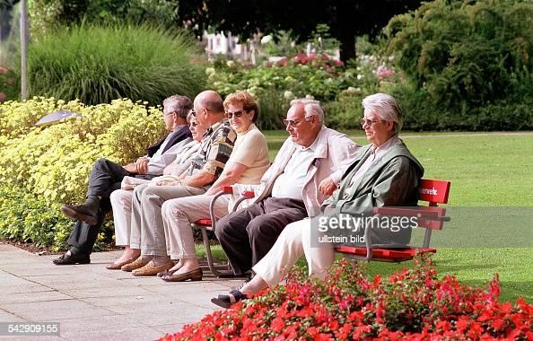 alte menschen auf einer parkbank pictures getty images. Black Bedroom Furniture Sets. Home Design Ideas