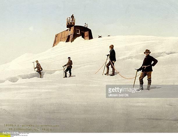 eine Gruppe Bergsteiger geht unterhalb des Observatorium über den Schnee auf dem Mont Blanc um 1910