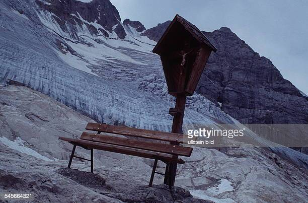 Eine Holzbank und ein Kreuz am Fuß desMarmolada Gletschers 1994