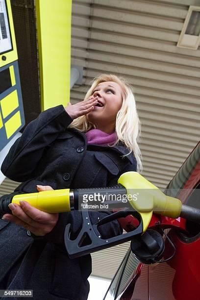 Es fließt das Benzin vom Wagen