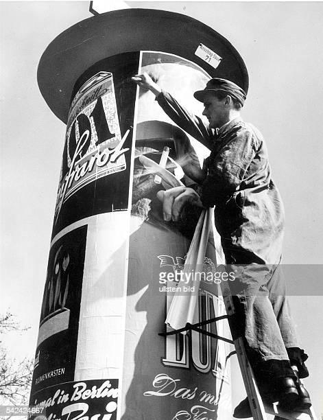 Eine LitfassSäule wird beklebtBerlin 1956Aufnahme Fritz Eschen