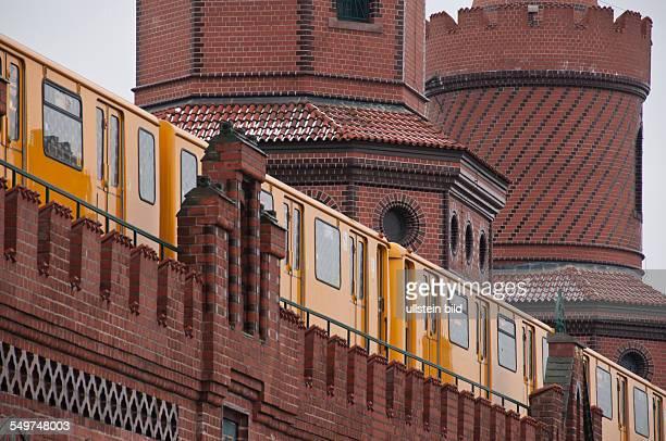 Eine UBahn der Linie 1 überquert auf der Oberbaumbrücke in Berlin die Spree Die unter Denkmalschutz stehende Brücke verbindet die Stadtteile...