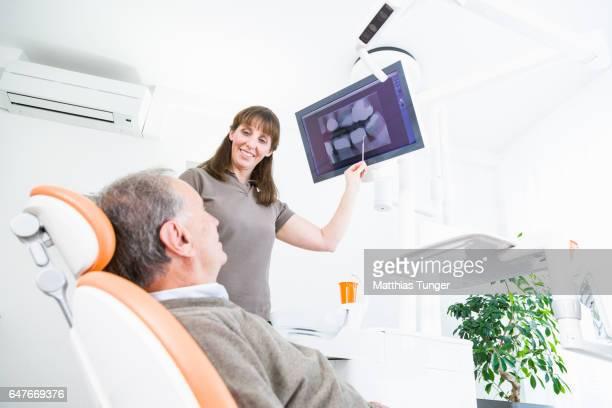 Eine Zahnärztin behandelt einen Patienten
