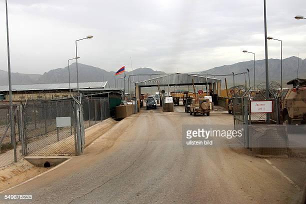 Einfahrt zum Feldlager Camp Marmal dem Hauptquartier des Regionalkommandos Nord RC North bei MazareSharif Gepanzertes Transportfahrzeug 'Boxer'