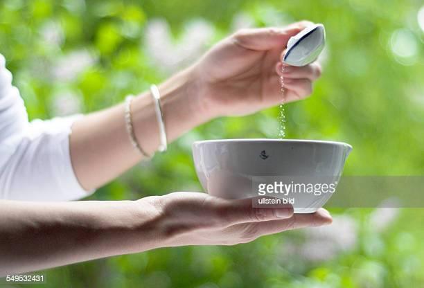 Einfüllen von Milchzucker um ihn zusammen mit anderen Substanzen zu einem homöopathischen Arzneimittel zu verarbeiten