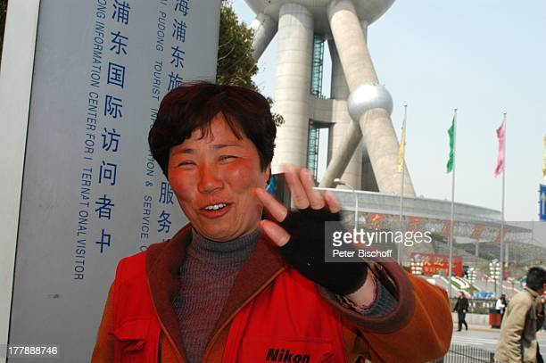 Einheimische 'Convention Center' 'Oriental Pearl Tower' im Hintergrund Stadtteil Pudong Shanghai China Asien Flaggen Handschuhe Reise PH