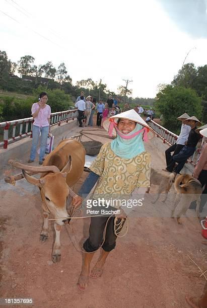 Einheimische mit Ochse überquert 'Ke'Brücke über Fluß Can gestiftet von MLM a r j a n mit 10000 US DollarSpende von ihrem Gewinn von J ö r g P i l a...