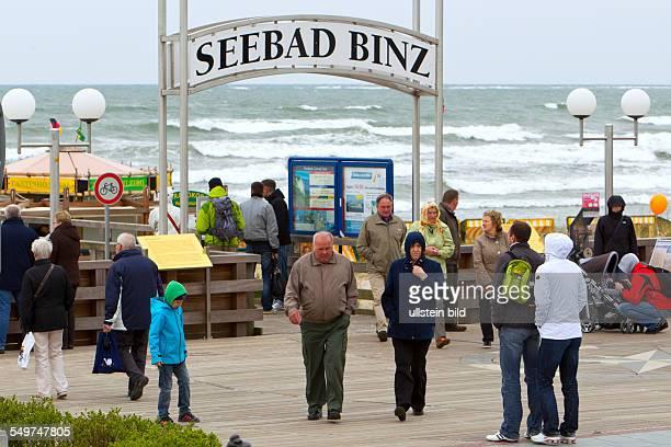 Einige Touristen spazieren ueber die Seebruecke von Binz Im Seebad auf der Insel Ruegen sind 10 Grad und 24 kn Wind aus Ost Damit liegt die gefuehlte...