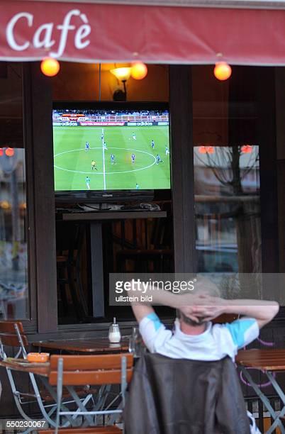 Einsamer Fußballfan verfolgt das Vorrundenspiel FrankreichMexiko anlässlich der FußballWeltmeisterschaftmeisterschaft 2010 vor einem Cafe in der...
