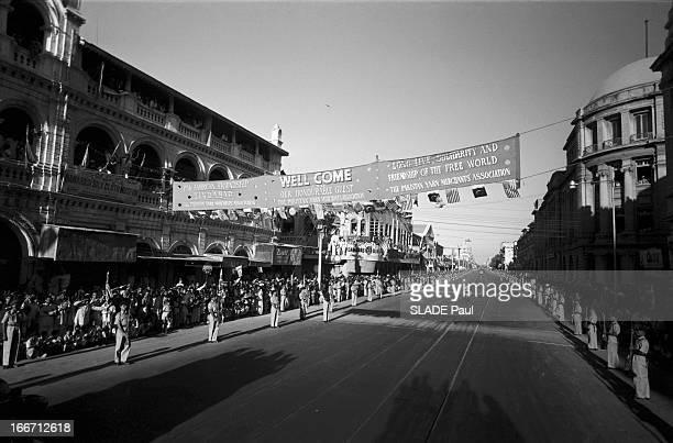 Eisenhower In Pakistan En 1959 dans le cadre d'une voyage officiel au Pakistan du Président des États Unis les rues de Karachi décorées de banderoles...