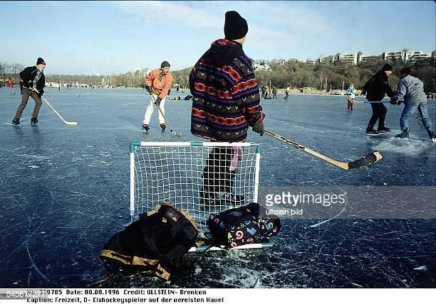 Eishockeyspieler auf der vereisten Havel Januar 1996