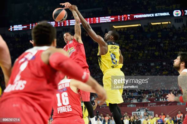 Ekpe Udoh #8 of Fenerbahce Istanbul competes with Erick Green #1 of Olympiacos Piraeus during the Championship Game 2017 Turkish Airlines EuroLeague...