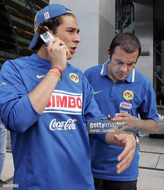 El arquero Francisco Ochoa y la estrella del America de Mexico Cuauhtemoc Blanco hablan por telefonos celulares el 01 de noviembre de 2005 en la...