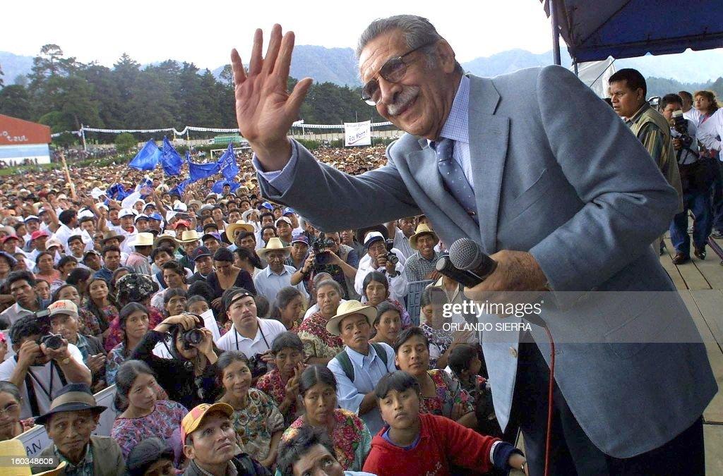 El ex dictador y actual presidente del Congreso de Guatemala Efrain Rios Montt saluda a sus correligionarios el 06 de junio de 2003 al arrancar su...