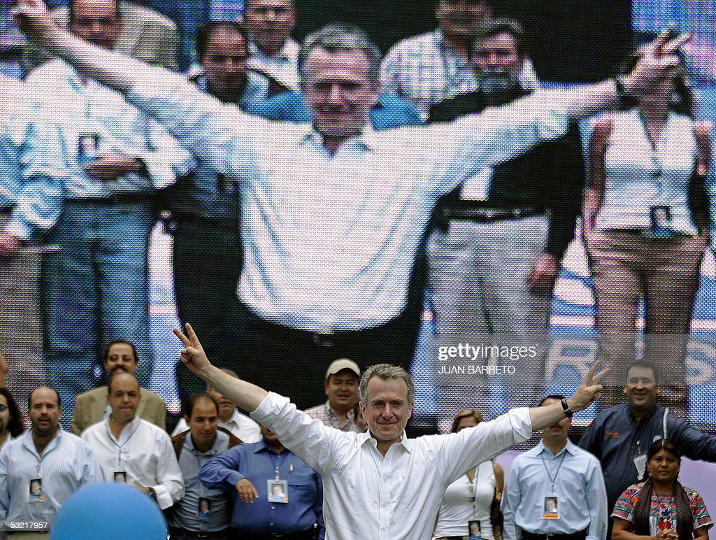 El ex secretario de gobierno Santiago Creel del gobernante Partido de Accion Nacional que encabeza el presidente de Mexico Vicente Fox saluda a...