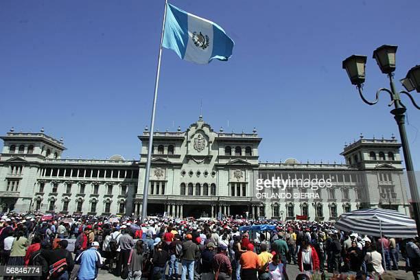 El gremio magisterial guatemalteco se concentra frente al Palacio Nacional de la Cultura para exigirLE al presidente Oscar Berger la destitucion de...