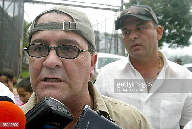 El jefe politico de las Autodefensas Unidas de Colombia Ernesto Baez y el desmovilizado jefe Salvatore Mancuso hablan con los periodistas a la salida...